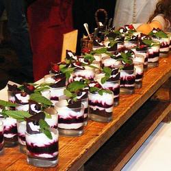 - כוסות מעוצבות עם קרם מסקרפונה, פירות יער ושטרויזל.jpg