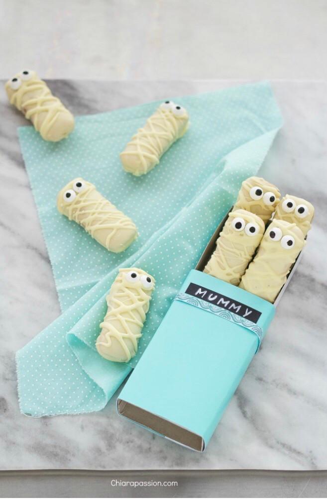 10 minuti, devono rimanere chiari. e poi non vi resta che affidarvi alla creatività dei vostri bambini per decorare dei mostruosi biscotti!