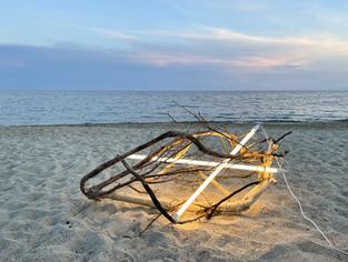 Mi corazón / led lights, wood found on the beach, 2021
