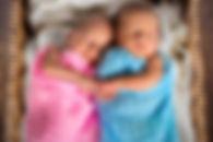 Porter des jumeaux nouveau-nés
