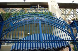1200px-Hippodrome_de_Vincennes_-_Entree2