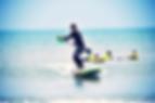 cours de surf avec la pagaie de paddle