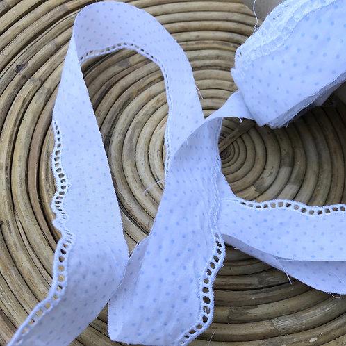Galon à pois bleu ciel festonné broderie blanche 3 cm