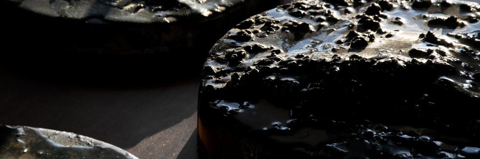 Il valore dell'aspetto formale e cromatico finale del materiale trasformato diventa sostanza e, come accade nella sperimentazione chimica, un obiettivo ricercato ma inaspettato  The value of the final formal and chromatic aspect of the transformed material becomes substance and, as happens in chemical experimentation, a refined but unexpected goal