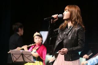 為林欣彤Mag lam唱歌作現場音樂伴奏