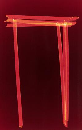 Roter Tisch auf dunkelrot.jpg