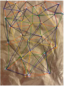 Tüte mit Linien und Punkten