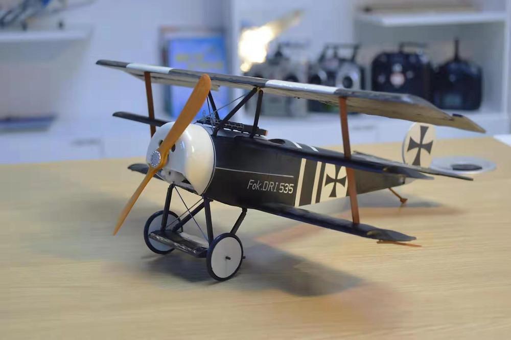 fokker dreidecker dri 535, fokker dreidecker selber bauen, balsa holz bausatz, slow flyer bausatz, park flyer baukasten, slow flyer selber bauen, mini modellflugzeug räder, holzpropeller klein flugzeugmodell