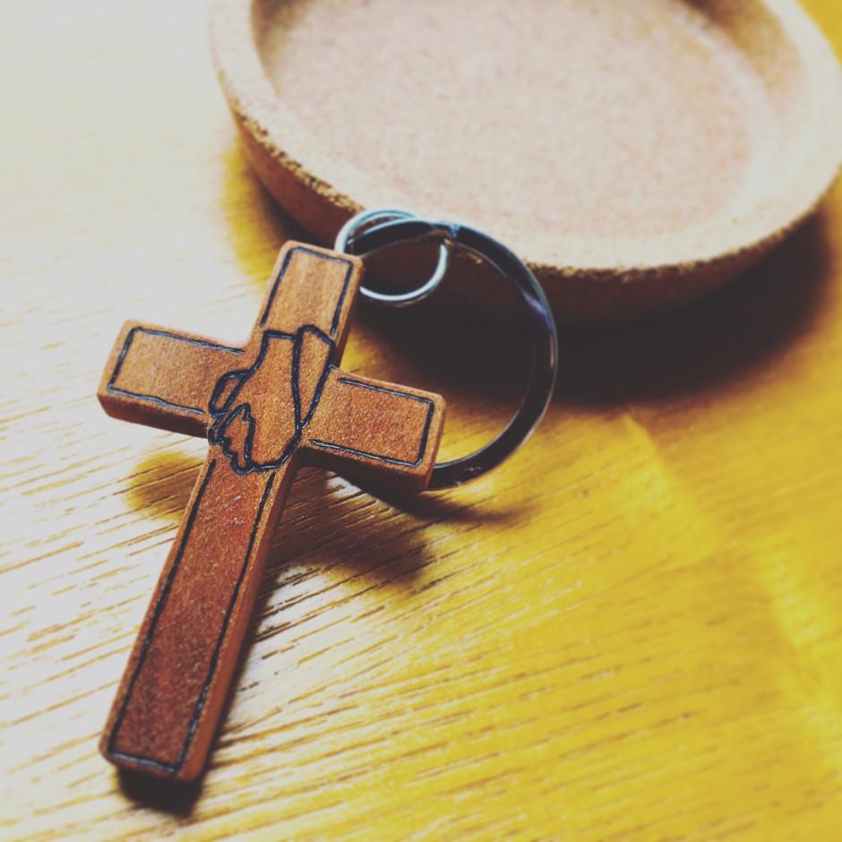 She carving wood cross keychain
