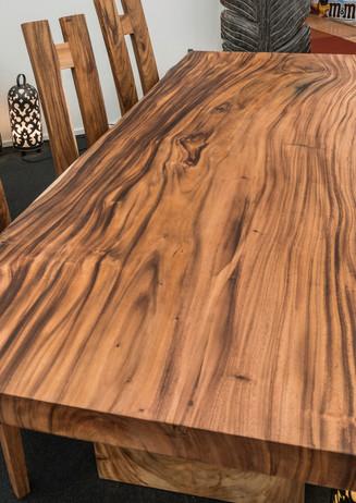 Tisch aus Akazienholz.
