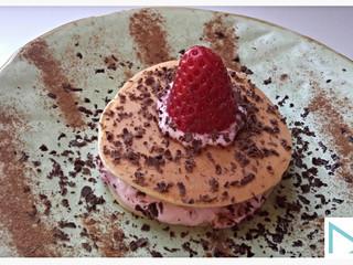 Pancake con mousse di fragole e scaglie di cioccolato