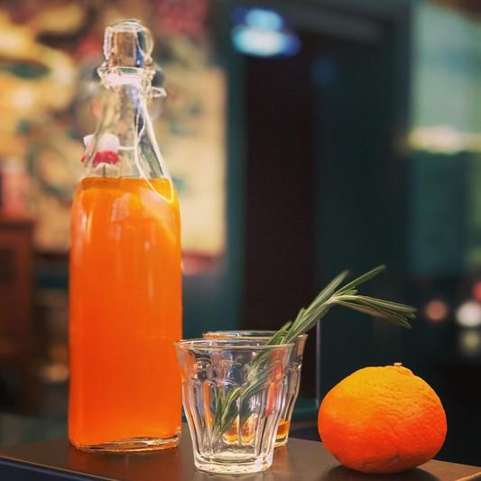 Liqueur maison de clementine au romarin