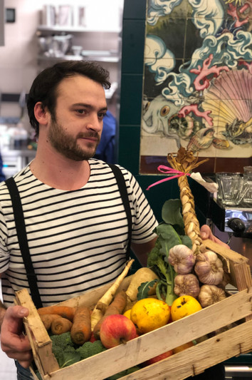 Ferdinand Desfond et sa cagette de légumes frais