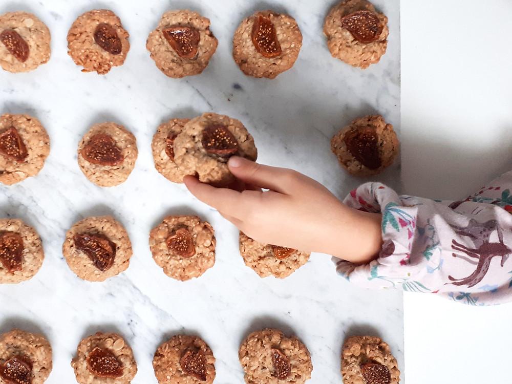 Biscotti con fichi, sesamo e avena