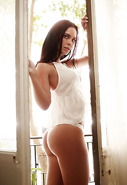 fotografia boudoir por lorena riga en madrid retiro michelle vivas en el balcon con tanga