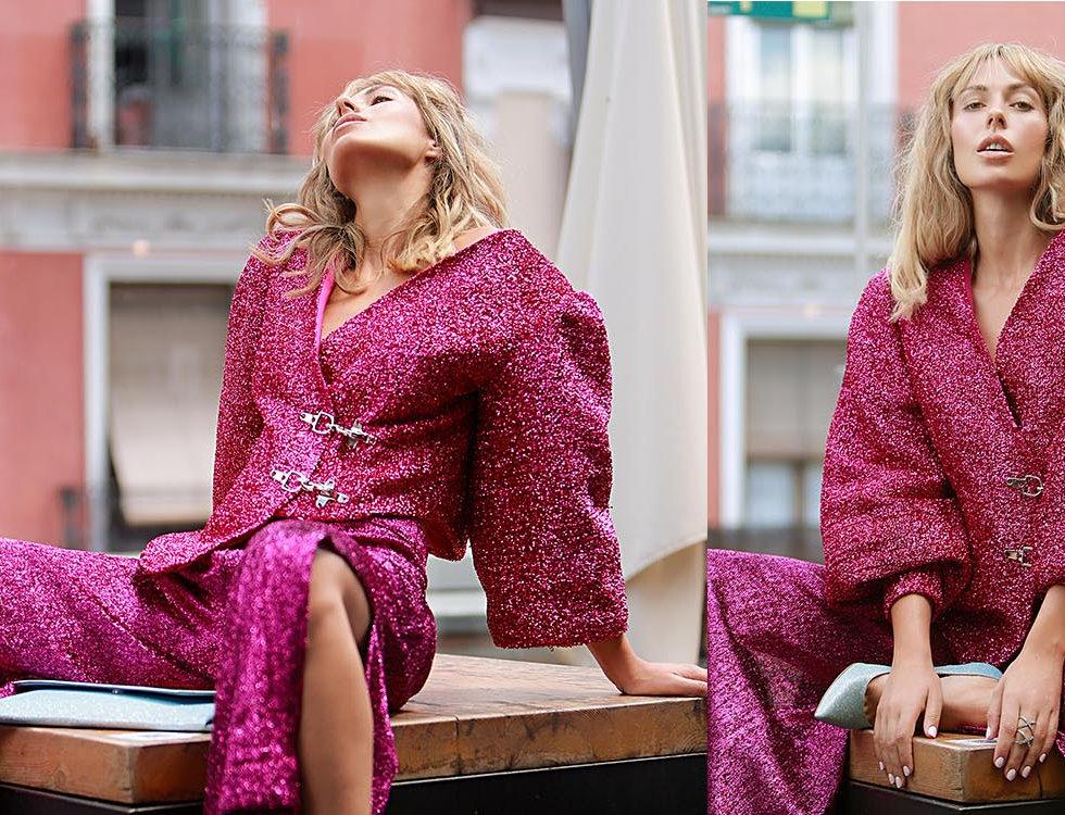 foto editorial con chica rubia y vestido fucsia brillante en terraza de madrid verano