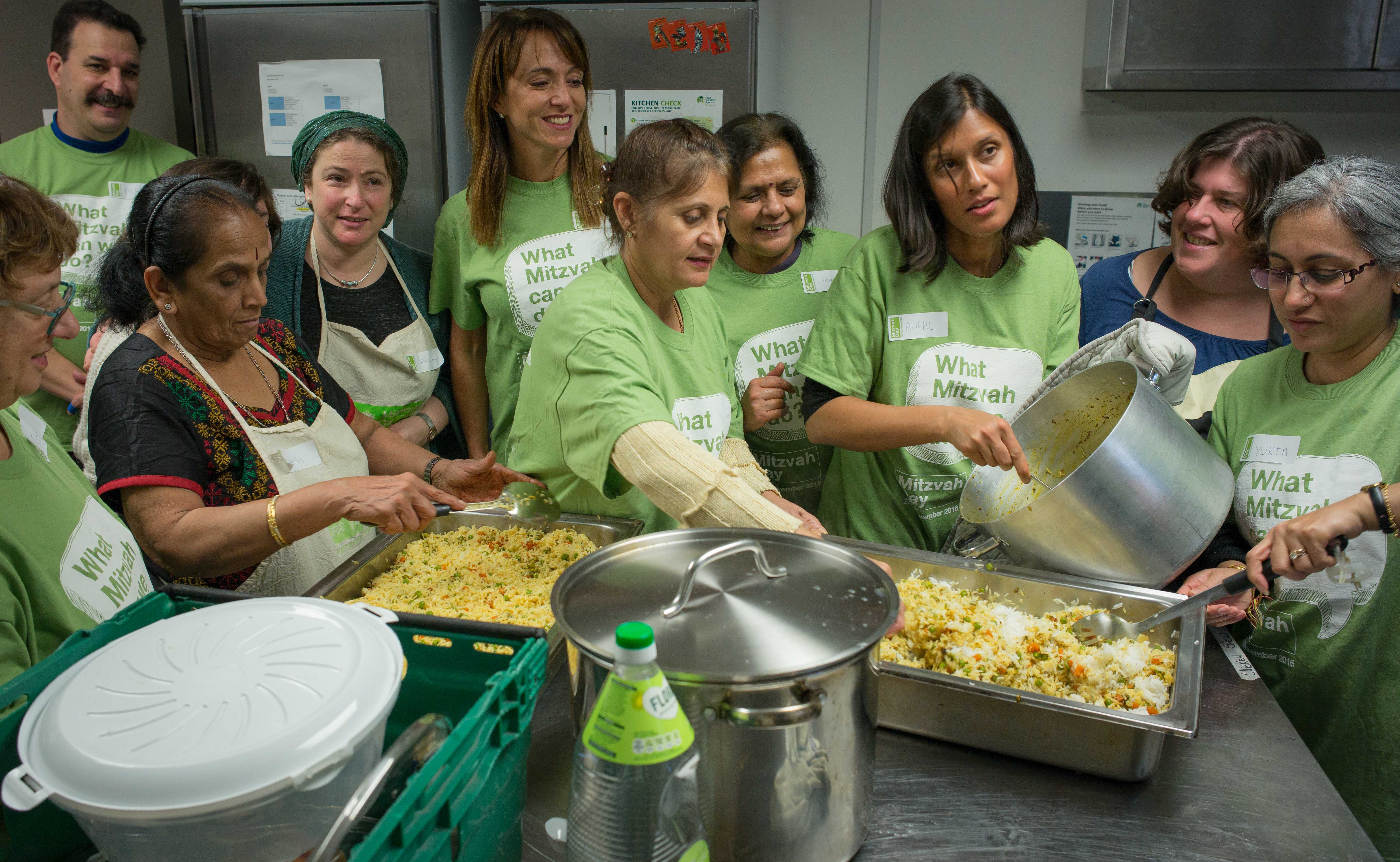 Rebbetzin Alison Harris cooking for SUFRA food bank