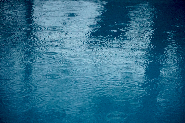 La pluie sur l'eau de la piscine