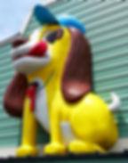 ウチダ動物病院の一番目立つ看板犬です。通りからみてすぐ見える所に居ます。この看板を目印にご来院下さい。