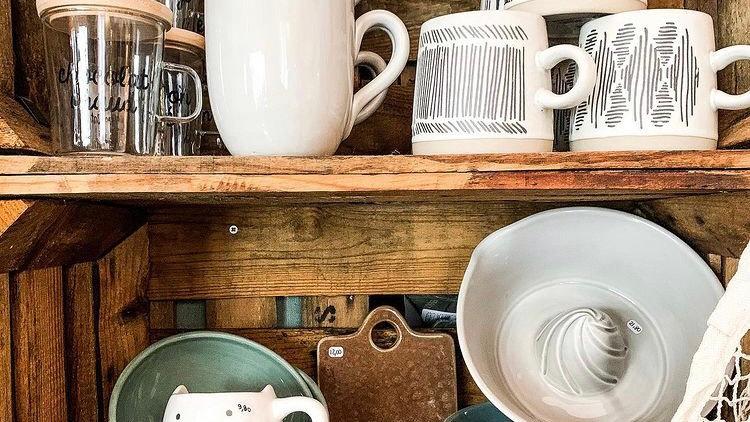 Tasse avec sous tasse en bois.