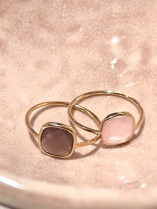 Bague sertie rose ou violet