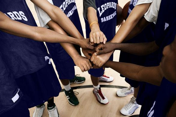 Team som sätter fistar ihop i huddle