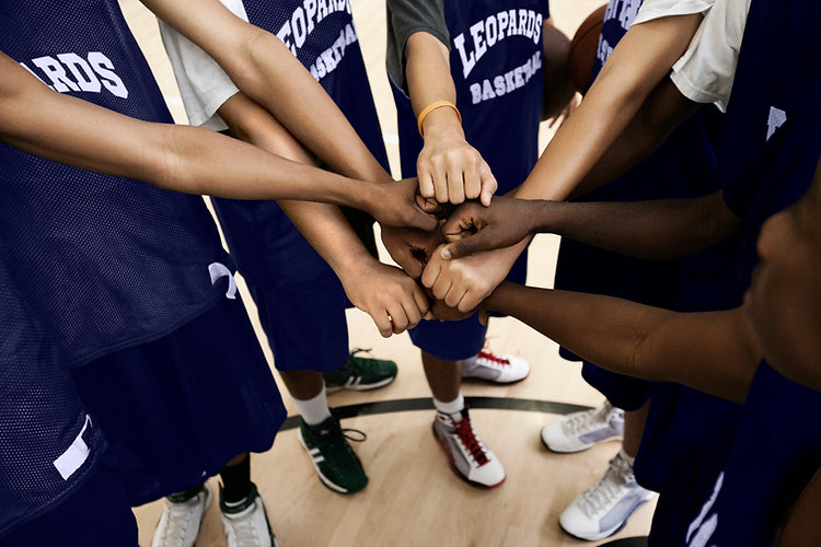 Equipe colocando punhos juntos no Huddle