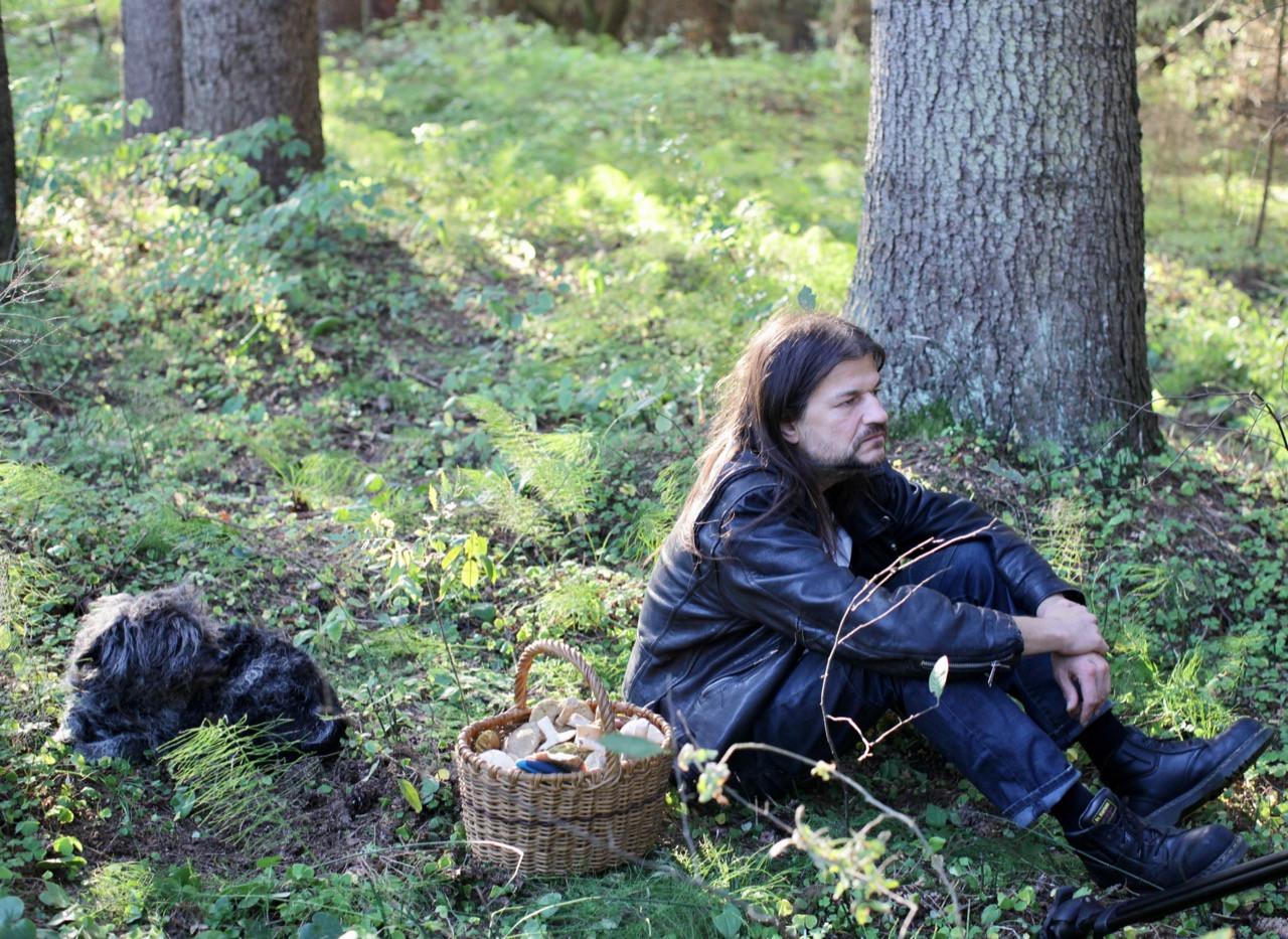 Uldis Rudaks un Odiņš sēņo Līgatnē. Foto Aija Bley.