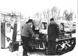 Anton fyller bensin for Olav