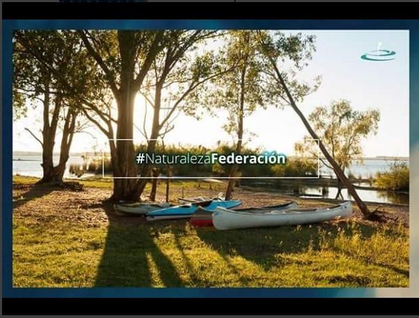 Amanecer con kayaks en la costa