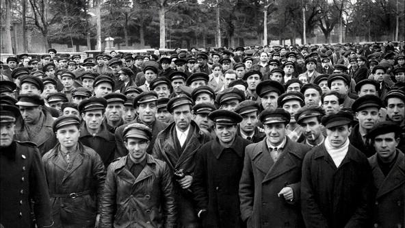 TAXISTAS EN EL RETIRO, 1940
