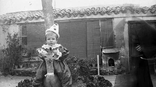 ESCENA EXTERIOR CON FANTASMA, 1900