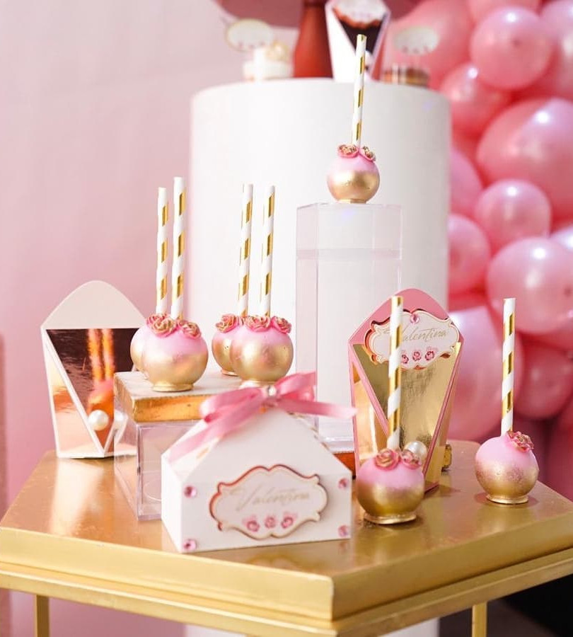 table decoration with pink souvenirs