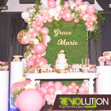 Natural decoration with pink ballons and a table with a 3 level cake on top