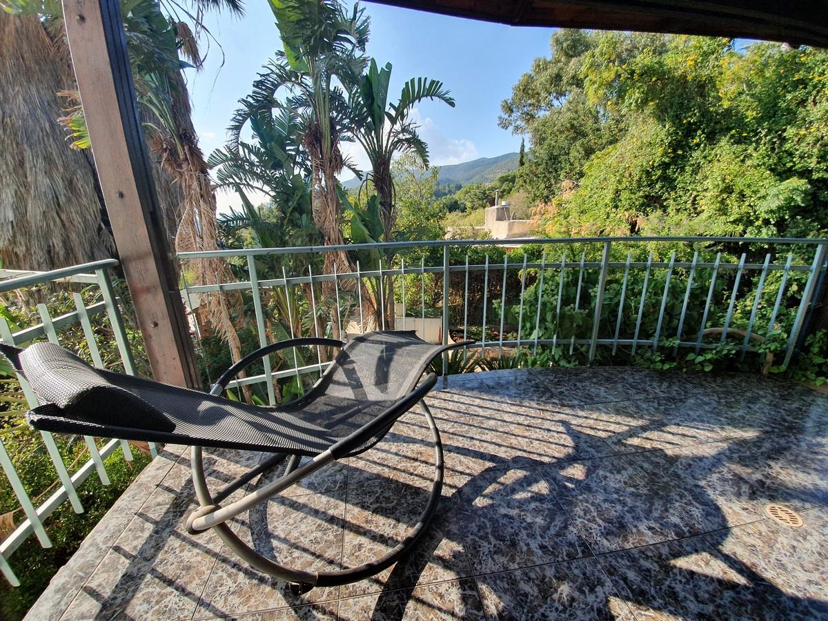 כיסא נדנדה במרפסת