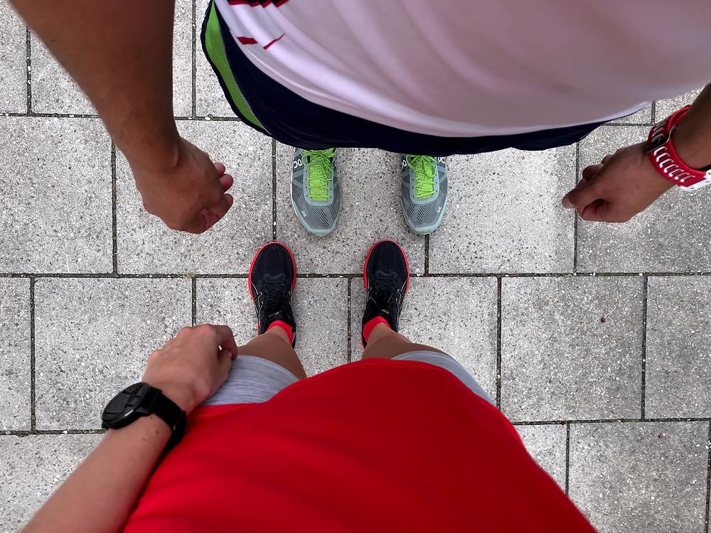 zwei Personen von oben fotografiert nach dem Laufen