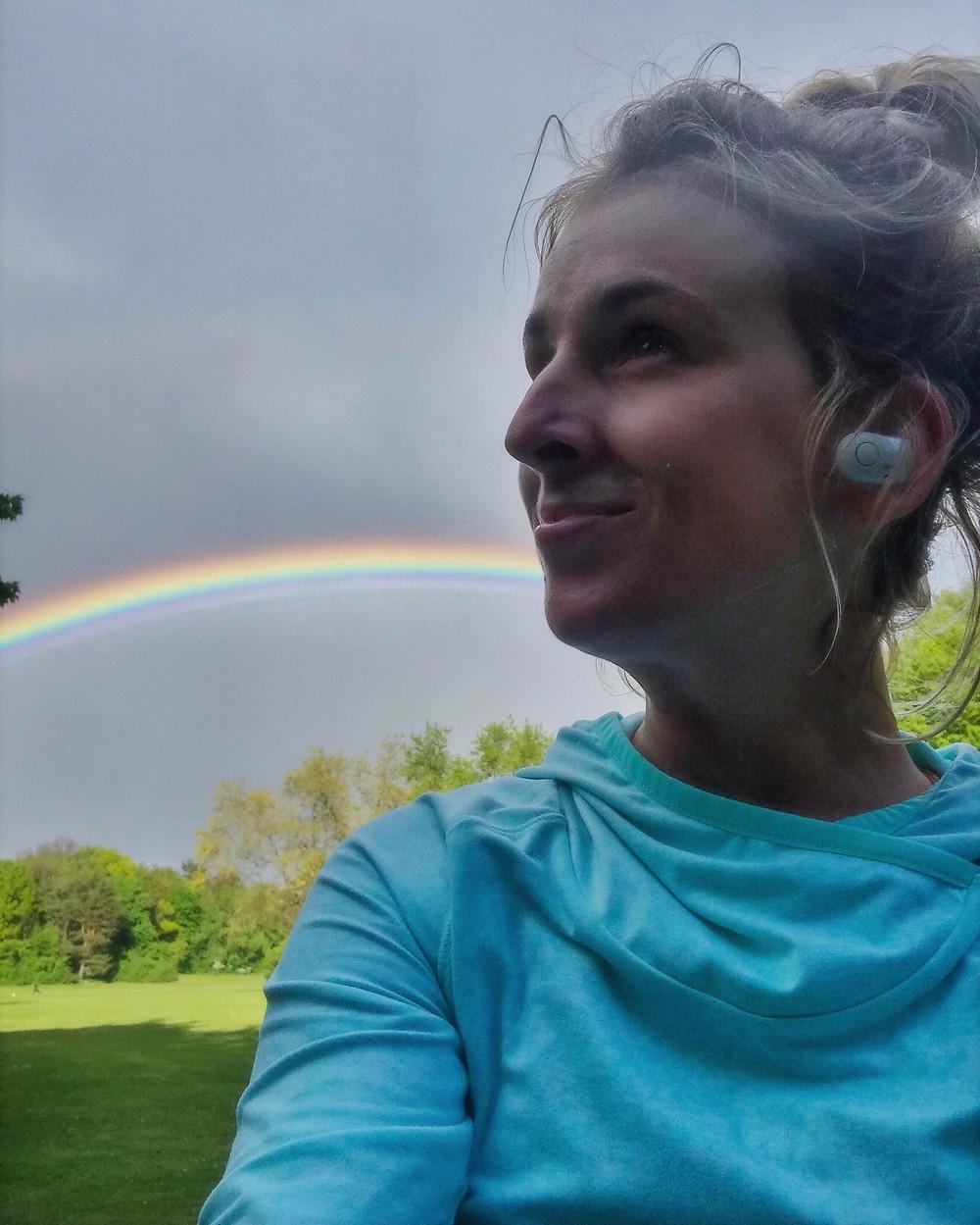 Selfie von Nele vor einem Regenbogen
