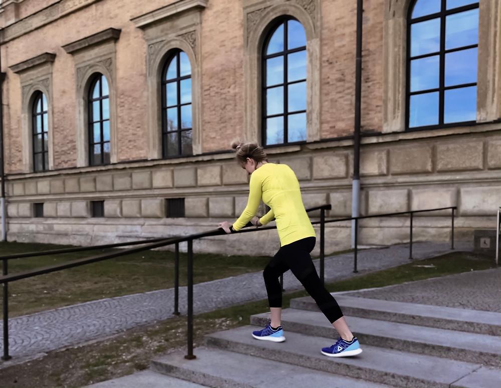 Nele dehnt sich nach dem Laufen