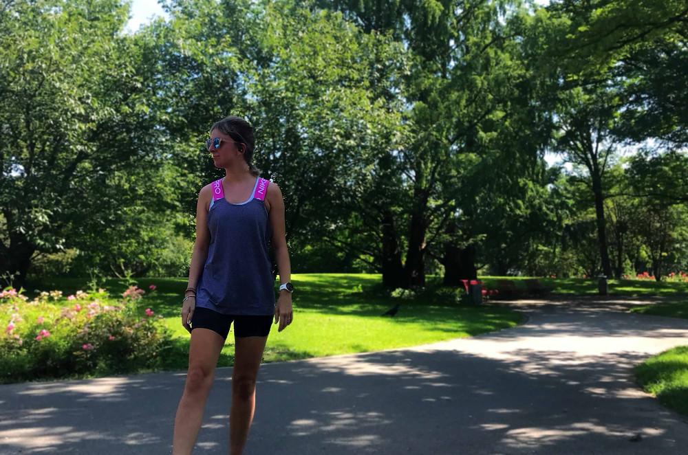 Nele in Laufkleidung posiert in einem Park