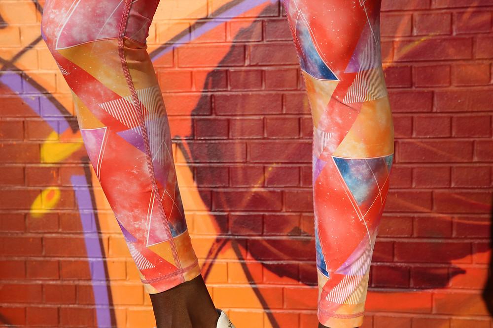 Eine Frau trägt eine Lauf-Tight von Ambiletics