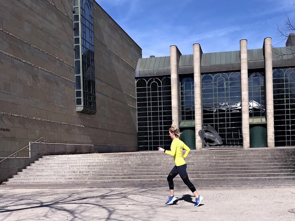 Nele läuft in der Sonne vor der Pinakothek in München