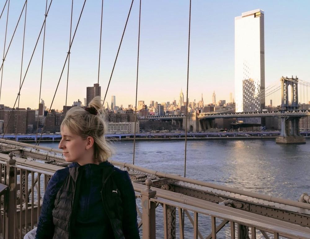 Nele läuft über die Brooklyn Bridge in New York City