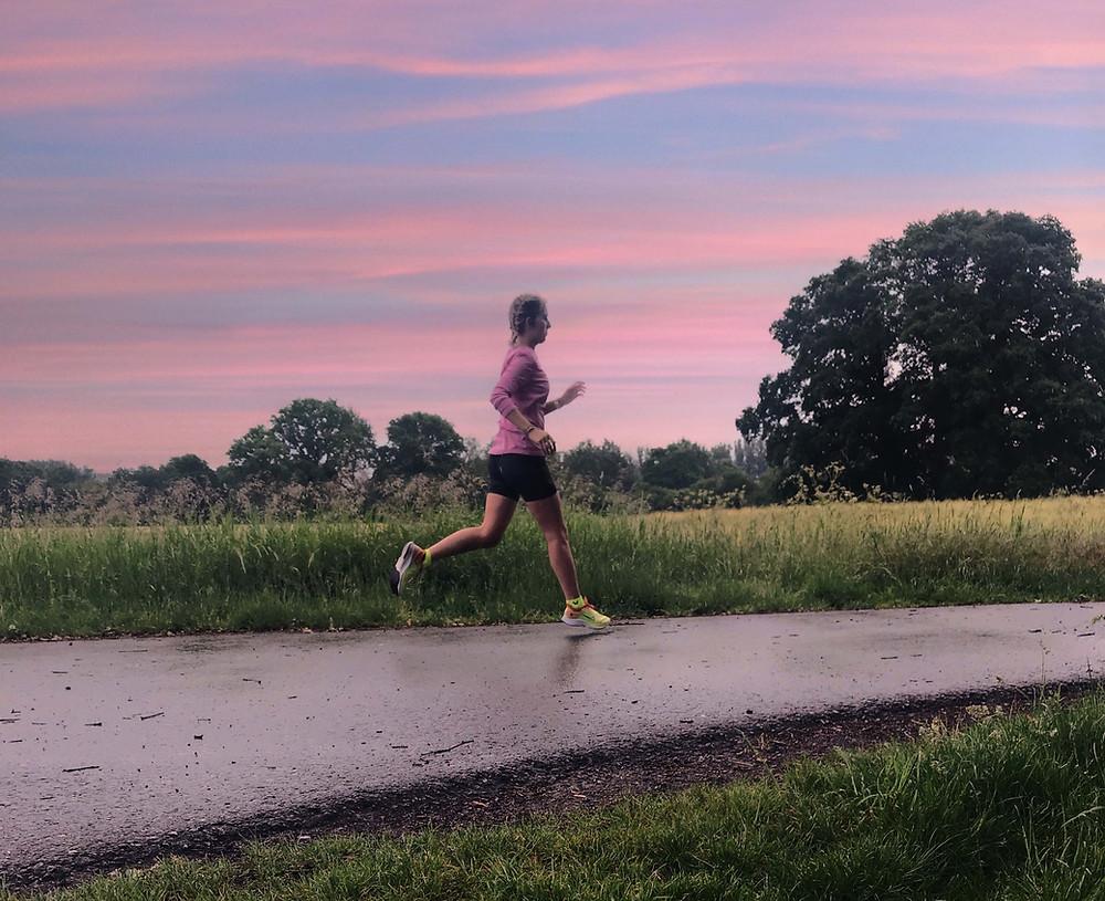 Nele beim Laufen auf einem Feldweg
