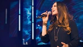 Bambalinas. Christine D'Clario y Redimi2 reunen miles de almas en concierto cristiano