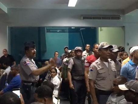 Oficiales protestan en el Palacio de la Policía porque no fueron ascendidos aunque les correspondía