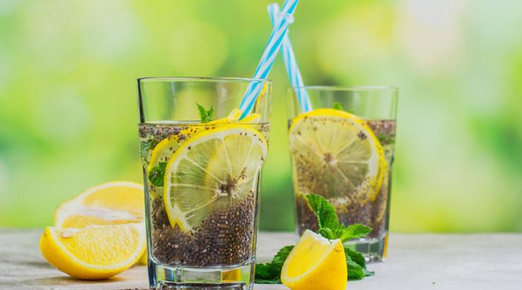 Agua fresca de limón con chía