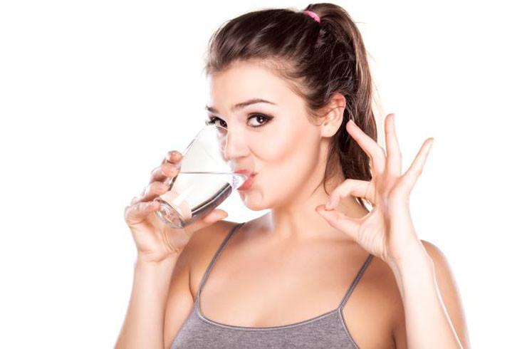 beber-agua-purificada-diario
