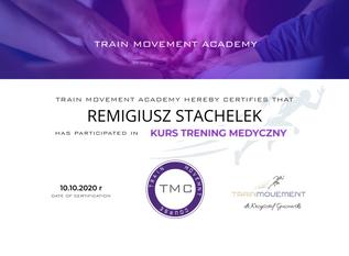 W zeszłą sobotę miałem przyjemność uczestniczyć w kursie prowadzonym przez dr Krzysztof Guzowski - fizjoterapeutę z wieloletnim doświadczeniem we współpracy ze sportowcami światowego formatu. Trening medyczny to jeden z kierunków, w których rozwija się obecnie trening personalny. Wiele ludzi ćwiczy dla zachowania zdrowia, a nie koniecznie aby zwiększyć obwód bicepsa. Szkolenie uzupełniło kilka puzzli w mojej układance zawodowej oraz odpowiedziało na kilka ważnych pytań w zakresie anatomii i treningu siłowego. Tego dnia znacznie poszerzyłem kompetencje rozpoznawania wad postawy, ryzyka kontuzji i jej prewencji. Nabrałem też pokory wiedząc, że trener personalny nie może znać się na wszystkim i w zaawansowanych, skomplikowanych przypadkach należy odesłać podopiecznego do specjalisty ortopedy lub fizjoterapeuty.