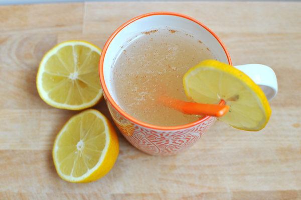 tisane-detox-eau-citronnée-miel-cannelle