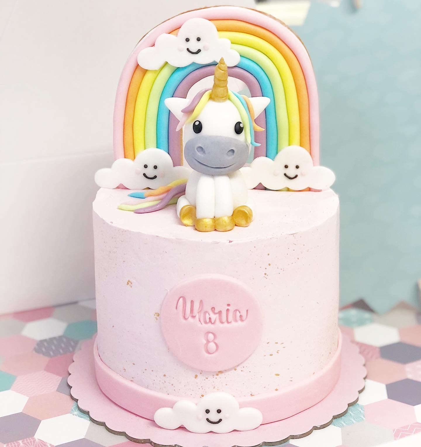 Tarta unicornio y arcoiris modelado